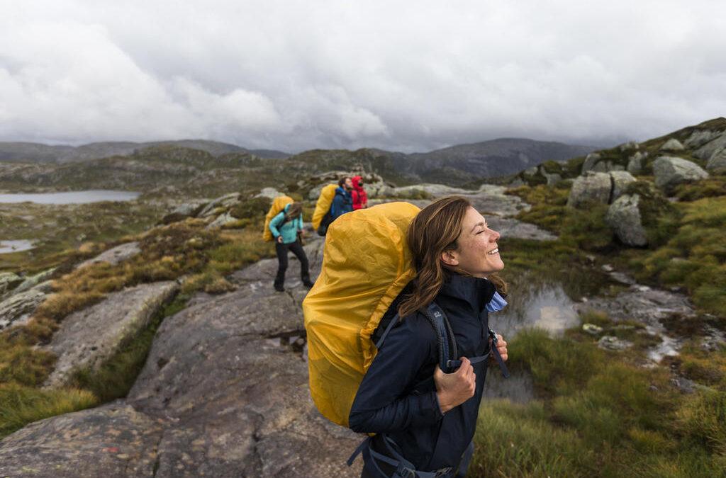Co zabrać w góry na wędrówkę i jak spakować walizkę w podróż? Czyli dlaczego właściwa odzież zmienia zasady gry