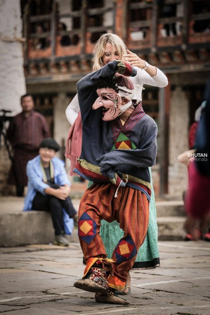 dynamizm-na-zdjeciach-ruch-festiwal-w-bhutanie-taniec-odwaz-sie-wiedziec-fair-travel-event